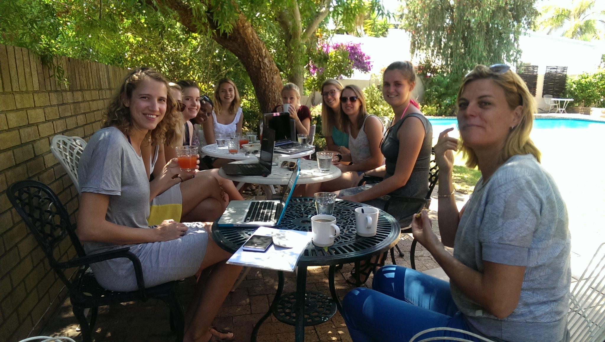 De Rotterdamse studenten met Wien Sillevis Smit aan het werk