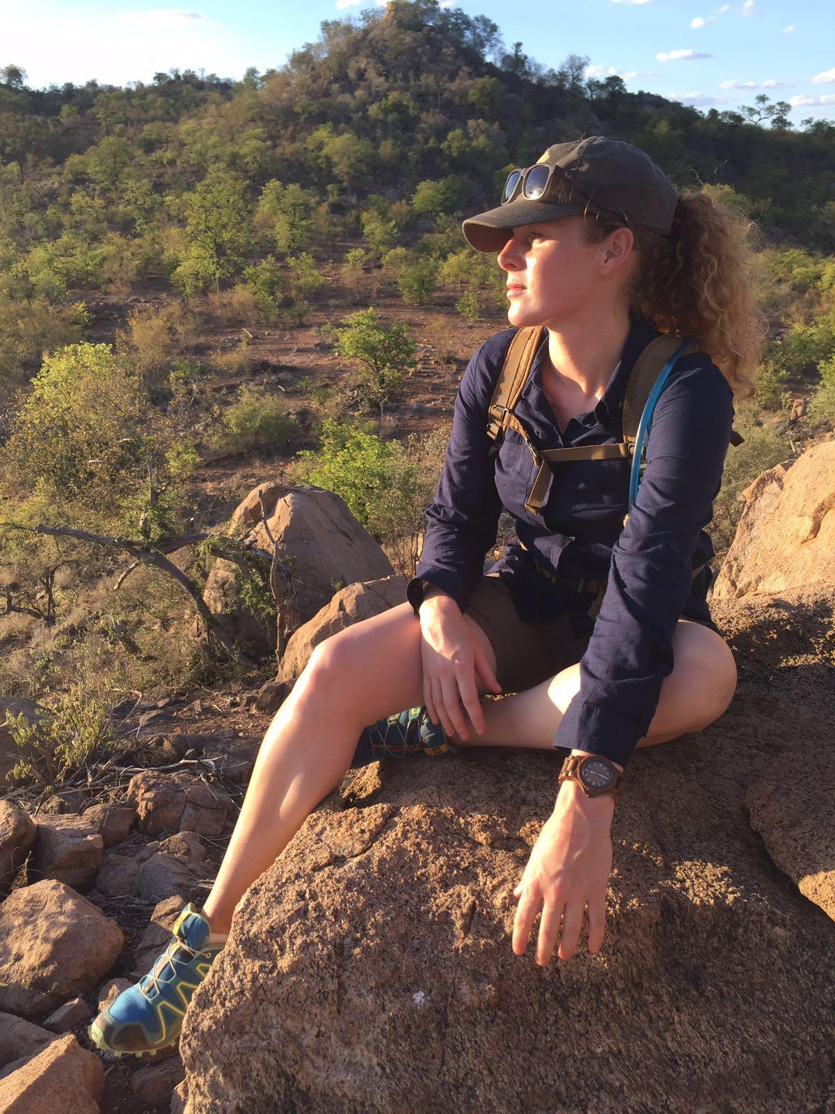 Annekim Geerdes genietend van de Afrikaanse natuur